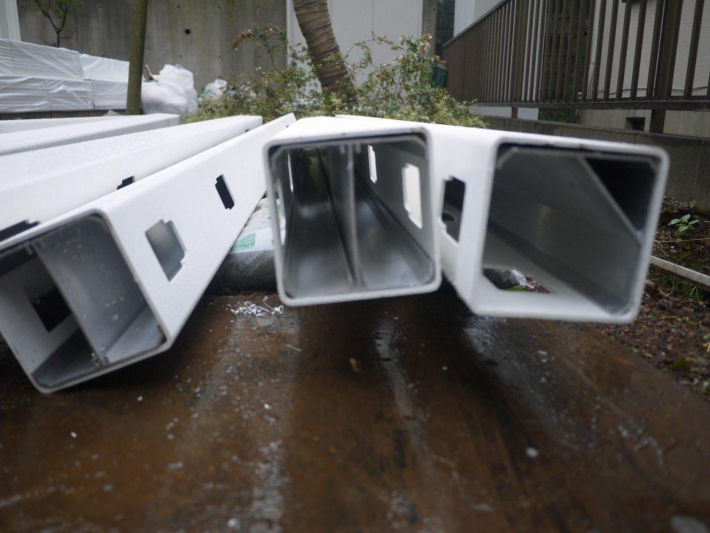 バイナルフェンス施工(PVC樹脂の白いパーティション取付)②